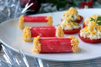 Оригинальная закуска поданная на помидорах и крабовых палочках