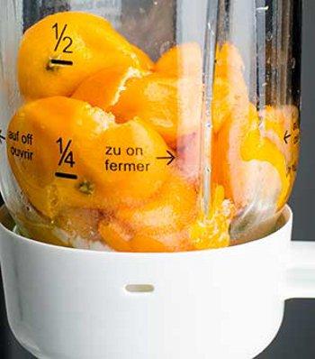 Отваренные мандарины с кожурой перекладываем в блендер