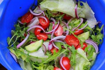 помидоры черри руккола красный лук огурцы салат айсберг