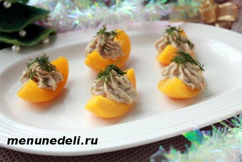 Паштет из скумбрии на кусочках консервированных персиков