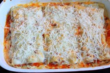 Перед полной готовностью посыпаем сыром и ставим в духовку еще на 10 минут