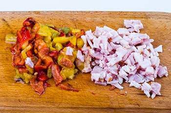 Порезанные кубиками болгарский перец и бекон
