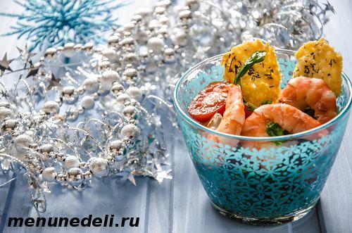 Простой салат с креветками и сырными чипсами