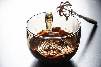 Растопленный шоколад взбиваем с сахарной пудрой