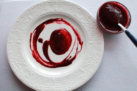 Художественно размазываем ягодный соус по тарелке