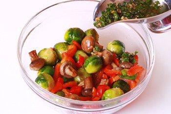 Салат из грибов брюссельской капусты и перца поливается заправкой