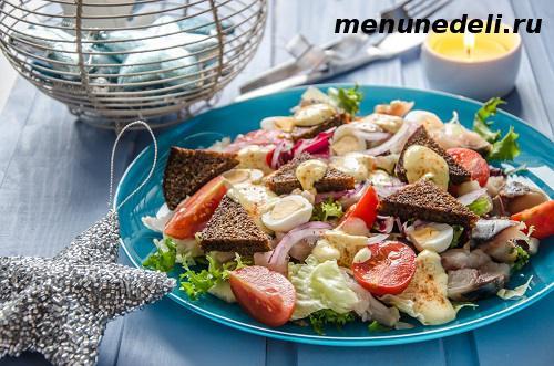 Салат из скумбрии овощей гренок из черного хлеба и чесночного соуса
