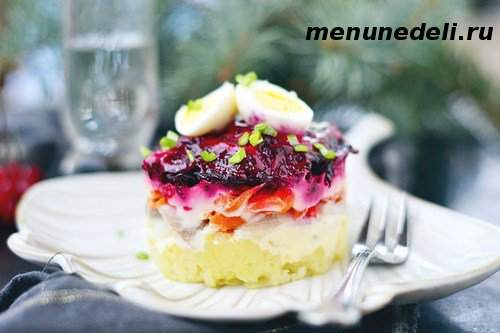 Салат сельдь под шубой в сервировочном кольце