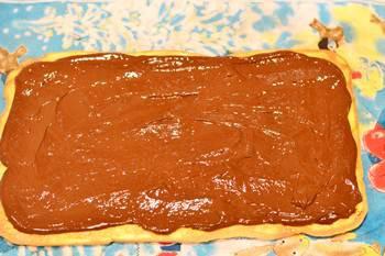 Намазываем шоколадный ганаш на бисквитную основу