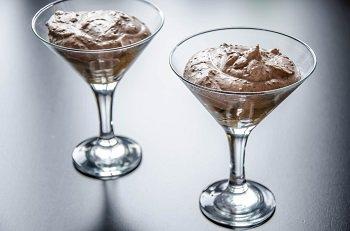 На печенье савоярди выкладываем готовый шоколадный крем
