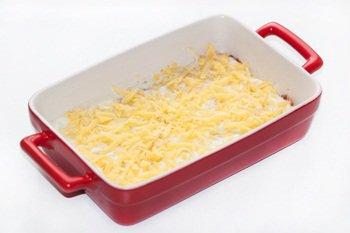 Слой лаваша и соусов посыпаем сыром и накрываем снова лавашом
