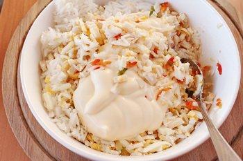 Соединяем рис кальмары яйца чеснок и лимонную цедру