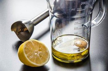 Взбиваем в блендере чеснок желток растительное масло и лимонный сок