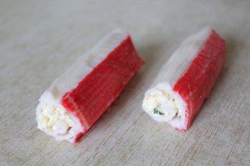 Свернутые крабовые палочки с сырной начинкой