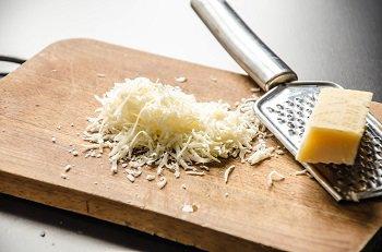 Сыр для сырных чипсов натирается на мелкой терке