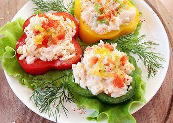 Выкладываем кольца перца с салатом  на порционные тарелки