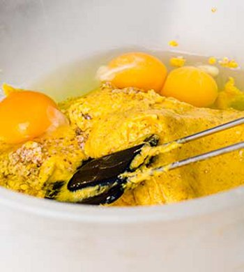 В орехово мандариновую смесь добавляются яйца