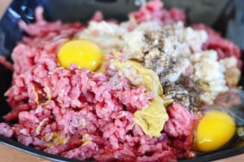 фарш из телятины яйца горчица порезанный лук соль и перец