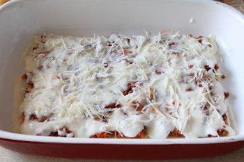 На листы лазаньи выкладываем мясной соус затем бешамель и посыпаем сыром