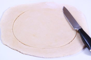 Из раскатанного теста вырезаем круг миской