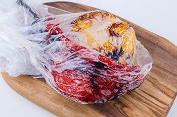 Запеченные болгарские перцы помещаются в полиэтиленовый пакет