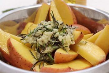 Заправку перекладывают в миску с картофелем и перемешивают