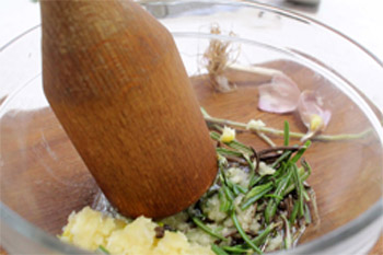 Чеснок растирают с перцем розмариновыми листиками и оливковым маслом