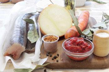 Свежая рыба морковь репчатый лук томатная паста специи