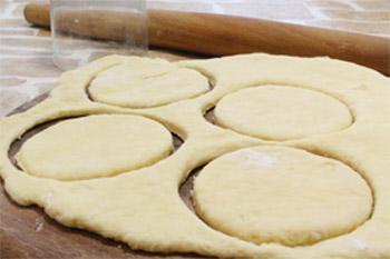 Раскатывают тесто и вырезают стаканом круги