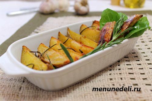 Картофель запеченный с розмарином на оливковом масле