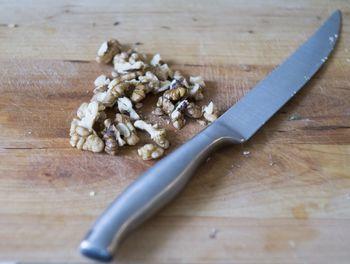 Порубить мелко грецкие орехи ножом