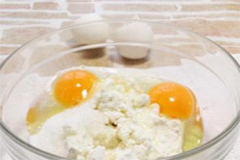 Растирают творог с яйцами сахаром и солью