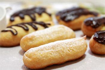 Пирожные украшаем просеянной сахарной пудрой и шоколадной глазурью