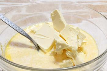 Добавляют в перетертый с яйцами творог подтаявшее сливочное масло