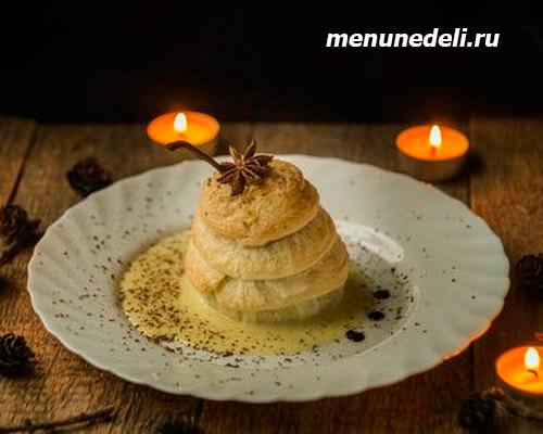 «Винная» груша, запеченная в духовке с соусом из сгущенного молока