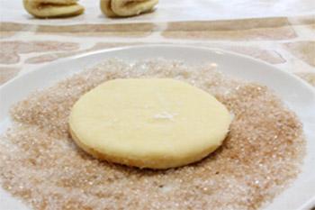 Обмакивают круги из теста в смесь корицы и сахара