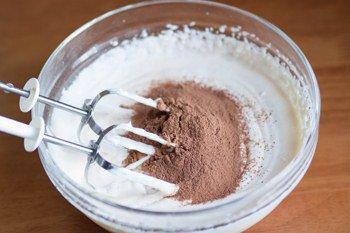 Добавляем какао в сметану взбитую с сахаром