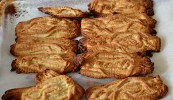 Готовое печенье из пропущенного через мясорубку теста