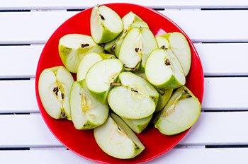 Яблоками нарезанные четвертинками с семечками