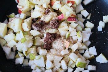Порезанные кубиком яблоко груша с сахаром