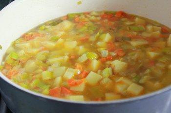 Добавляем картофель и варим в бульоне из рыбы и креветок
