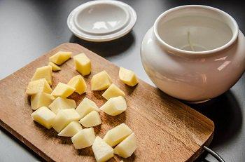 Картошка порезанная кубиками для выкладывания на лук
