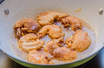 Креветки в кляре жарятся во фритюре с двух сторон