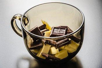 Разломанный шоколад и сливочное масло перед нагреванием