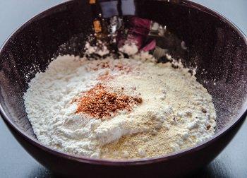 Мука смешивается с паприкой чесночным порошком и перцем чили