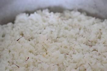 Отваренный рис с шафраном поверх тушеной баранины