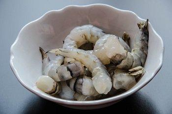 Размороженные морепродукты без панциря и кишечной вены