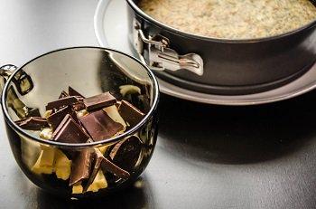 Шоколад и сливочное масло для растапливания на водяной бане