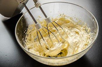 Сливочное масло взбивается с ванильным сахаром