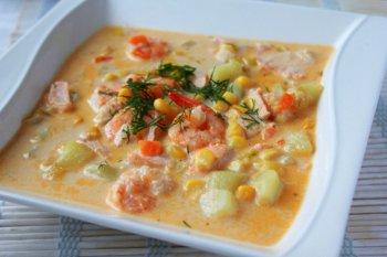 Овощной суп с креветками и красной рыбой